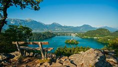 """Bled, famous for its little island in the middle of the lake, is one of most visited places in Slovenia.""""7 beaux endroits à visiter en Slovénie 