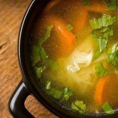 Hühner Nudelsuppe Erkältungswetter, die Schnupfennase läuft, der Hals kratzt. Jetzt muss eine frische Hühnersuppe her! http://einfach-schnell-gesund-kochen.de/huehner-nudelsuppe/