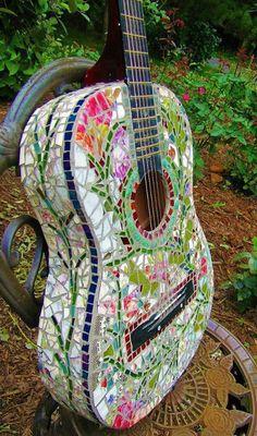 Guitarra decorada con mosaicos.