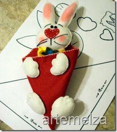 Esse coelhinho é feito com um cone formando o corpo.            Se preferir faça com tecido ao invés de feltro.        ...