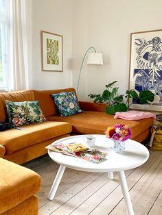 Farver skal der til. Beautiful Interior Design, Beautiful Interiors, Living Room Interior, Home Decor Bedroom, Living Room Inspiration, Home Decor Inspiration, Bed Wall, Vintage Interiors, Indian Home Decor