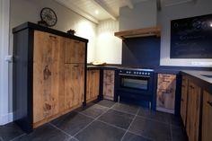 Stoere Robuuste Keuken met strakke elementen. Deurtjes uitgevoerd in ruw eiken.