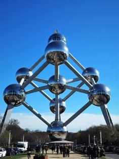 Zu Besuch in Belgiens Hauptstadt. Von bekannten Wahrzeichen bis hin zu neuen Kunstprojekten. Brüssel besticht mit Vielseitigkeit, französichem Charme und belgischer Genussfreudigkeit. Ferris Wheel, Fair Grounds, Travel, Europe, Glamour, World's Fair, Communities Unit, Belgium, Viajes