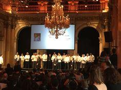 De parisiske mesterkokkene hedres i rådhuset i Paris.