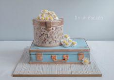 Tarta maleta vintage con sombrera y margaritas de azúcar /suitcase and hatbox cake
