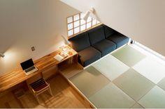 造り付けのソファは立ち座りしやすく、床に座ったときの背もたれとしてもちょうどいい高めの座面に。PCカウンターは畳側にかませ、ソファのサイドテーブルも兼ねる Japanese Interior Design, House 2, Small Apartments, Woodworking, Cottage, Shelves, Ceiling Lights, The Originals, Home Decor