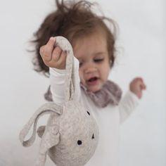• C U T I E •  Aktivitetsleken fra @kongessloejd kommer i nettbutikken. Henges på babygymmen, på vogna eller bruk den som en koseleke. Vi syns den er så fin ⭐️ 100% lammeull. 249,- _______________________________________________________ #monolo #barnerom #skandinaviskehjem #mittbarnerom #leke #baby #barn #barselsgave #gavetips #kidsroom #kidsinterior #kidstoys