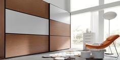 Gran armario de dos puertas en madera y blanco