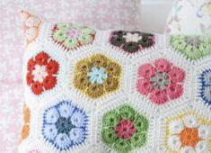 As flores africanas s�o um cl�ssico da t�cnica e ficam super bonitas em diversas composi��es. Aprenda aqui como fazer! - Veja mais em: http://www.vilamulher.com.br/artesanato/galeria-de-ideias/como-fazer-flores-de-croche-m0115-697213.html?pinterest-destaque