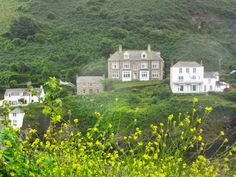 PORT ISAAC: Fern Cottage, better known as Doc Martin's house and surgery https://destinationfiction.blogspot.ca/2016/10/doc-martins-port-isaac.html