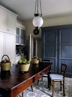 Awesome living kitchen room are offered on our web pages. Check it out and you wont be sorry you did. Hacienda Kitchen, Farmhouse Style Kitchen, Modern Farmhouse Kitchens, Swedish Kitchen, Family Kitchen, Farmhouse Table, Country Kitchen, Classic Kitchen, Timeless Kitchen