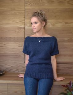 Leah pattern by Kim Hargreaves: Top with vents and garter stitch trim. Sweater Knitting Patterns, Knit Patterns, Hand Knitting, Knitting Sweaters, Teen Winter Outfits, Handgestrickte Pullover, Garter Stitch, Pulls, Knitwear