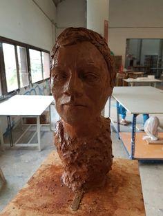 La escultura de arcilla terminada vista frontal.