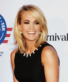 Carrie Underwood embraced motherhood and cut her hair. Medium Long Hair, Medium Hair Cuts, Medium Hair Styles, Short Hair Styles, Haircut Medium, Medium Cut, Carrie Underwood Haircut, Carrie Underwood Frisur, Carrie Underwood Makeup