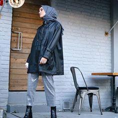 Geldik🖤 Üzerimdeki deri yağmurluğu içinizden birine hediye etmek istiyoru… We're here – I want to give a skin raincoat to me as a gift 🙂 Kevser Sarıoğlu account will be announced in 24 hours. Casual Hijab Outfit, Hijab Chic, Casual Outfits, Muslim Fashion, Modest Fashion, Hijab Fashion, Hijab Jeans, Muslim Girls, Mode Hijab