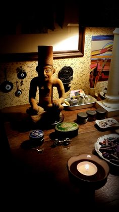 Dios del Fuego,  Huehuetéotl, es el nombre del Dios del Fuego de los Aztecas. Se caracteriza por estar sentado en posición de loto, con sus manos apoyadas en las rodillas y su tocado es un brasero. Representa el fuego terrestre, la fuerza profunda que permite la unión de los contrarios a través de la sublimación. El fuego es ante todo el motor de la regeneración periódica.   Huehueteotl acompañando la Luna llena de Julio. MG_