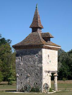 Les pigeonniers du Gers. Solomiac: au lieu-dit en Naudie, pigeonnier reposant sur huit piliers.