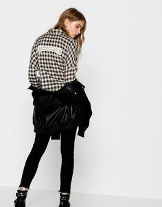 Tanto el estampado de cuadros leñador como el vichy y el tartán, van a ser una de las grandes tendencias en las camisas del otoño. Pull&Bear no resiste a ellas. ¿Y tú?  https://ad.zanox.com/ppc/?39031773C40765729&ulp=[[http://www.pullandbear.com/es/es/mujer/blusas-y-camisas-c29019.html%23/100537043/CAMISA%20CUADROS%20Y%20PARCHES?utm_campaign=zanox&utm_source=zanox&utm_medium=deeplink]] #pullandbear #camisa #camisacuadros