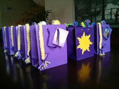 Rapunzel favor bags Más Rapunzel Birthday Party, Tangled Party, Disney Princess Party, 4th Birthday Parties, Frozen Party, Princess Birthday, Rapunzel Disney, Neon Party, Party Packs