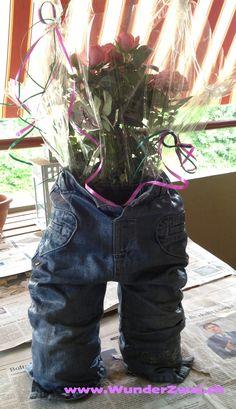 Am letzten Wochenende durfte meine Schwägerin ihren 30. Geburtstag feiern. Unsere Idee war es, ihr etwas mit Erinnerungswert zu schenken. Hier zu der Anleitung, wie auch ihr euren liebsten ein solches Geschenk machen könnt. Was ihr dazu braucht ist folgendes eine alte Jeans Holz-Leim grosser Pinsel Becher 2 leere PET-Flaschen Bastelanleitung 1. An beiden PET-Flaschen den Kopf abtrennen und in die Beine der Jeans einführen. Die Hosen aufstellen, so dass sie selbständig stehen können. Dabei…