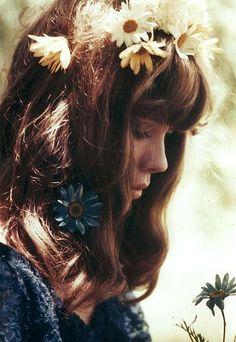 Pamela Des Barres - Love her hair with the flowers! Pamela Des Barres, Lifestyle Fotografie, Belle Photo, Flowers In Hair, Her Hair, Hair Inspiration, Character Inspiration, Hair Inspo, Portrait Photography