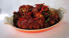 Ayam Pangang Pedis van Oma Meity Zoals Alleen Oma Dat Kan   jd in grove plakken. Verhit een pan met olie en fruit de knoflook en gember aan. Voeg de sambal, trassi, suiker en citroenbladeren toe en roer goed door....