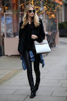 Poppy Delevingne en un look de leather pants y denim, que combina con una bolsa Coccinelle B14 en Londres.