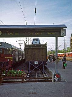 Rautatieaseman opastaulut 1976.  Railway station, Helsinki, Finland, in 1976.