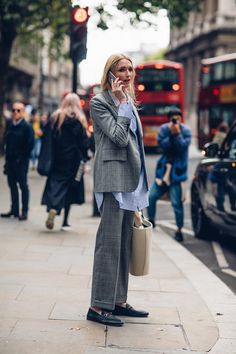 A Gucci Fanny Pack Proved to Be the 'It' Bag of London Fashion Week - Fashionista Outfits Inspiration, Mode Inspiration, London Fashion Weeks, Street Style Outfits, Mode Outfits, Womens Fashion Online, Latest Fashion For Women, Suit Fashion, Fashion Outfits