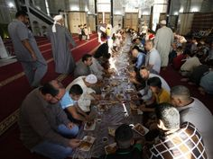 Sunni worshippers eat breakfast together after their Eid al-Fitr prayers to mark the end of the Muslim holy fasting month of Ramadan at a Sunni mosque in Baghdad, August 8, 2013. PHOTO: REUTERS