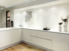 Wanneer je graag de rust bewaart in huis, kun je kiezen voor een witte keuken. Dit oogt zacht en strak. Keukendealer: http://www.vanginkelkeukens.nl/
