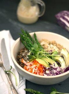 Bowl de quinoa y lentejas con vinagreta de tahine