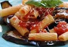 Il Pasticcio di maccheroni e melanzane è un piatto della gastronomia siciliana, dove naturalmente la pasta e la verdura vengono poste a strati altern...