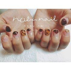それぞれの指のネイルデザインが違うのに、カラーや形がリンクしているからまとまり感がありますね。