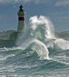 ¡Azotado por olas embravecidas...el poder del océano...!!