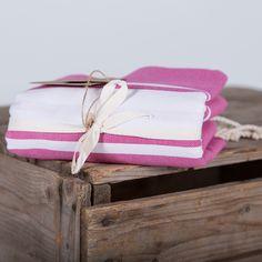 Fouta tissage plat bandes blanches Available on (disponible sur ) www.famillenomade.ca Crédit photo: Maryse Cléro-Nobréga