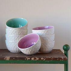Por fora, na cor creme e com desenhos em alto relevo, as cumbuca Mar e Lilac são  delicadas e discretas. Por dentro suas cores são vivas e lindas! 💚💜  Compre online no www.laviah.com.br