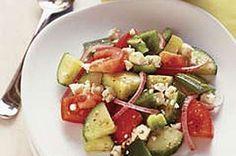 Sencilla ensalada griega de tomates, pepinos, pimentón verde, cebolla morada y queso