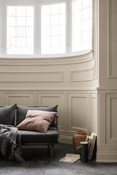 Cheap Home Decor Interesting curved window panelling pink cushion.Cheap Home Decor Interesting curved window panelling pink cushion Murs Beiges, Trending Paint Colors, Home Decoracion, Pink Cushions, Living Spaces, Living Room, Living Area, Interiores Design, Cheap Home Decor