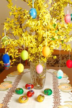 Easter Table Decorations~cut forsythia and plastic eggs. I have a huge bush. Hope it's in bloom at Easter time. Easter Table Settings, Easter Table Decorations, Easter Tree, Diy Ostern, Do It Yourself Crafts, Hoppy Easter, Easter Crafts, Holidays And Events, Holiday Fun