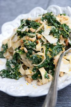 Cale and pine nuts pasta Veggie Recipes, Pasta Recipes, Vegetarian Recipes, Cooking Recipes, Healthy Recipes, I Love Food, Good Food, Yummy Food, Food Inspiration