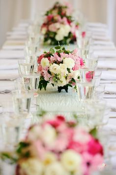 Stunning long table of pink and white #centerpieces Photography: Readyluck - readyluck.com