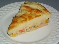 Tuna Pie: tuna and vegetables topped with mashed potatoes and cheese Tinned Tuna Recipes, Canned Salmon Recipes, Whole30 Fish Recipes, Pie Recipes, Seafood Recipes, Great Recipes, Cooking Recipes, Recipies, Slow Cooking