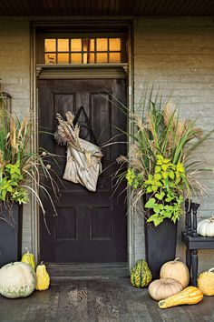 Ideas for Your Front Door Brighten up an old covered porch and incorporate modern materials to add new energy.Brighten up an old covered porch and incorporate modern materials to add new energy. Front Door Planters, Tall Planters, Front Door Decor, Front Doors, Large Outdoor Planters, Front Stoop, Entryway Decor, Primitive Homes, New Energy