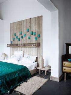 Hoofdeind van steigerhout, met decoratieve elementen.