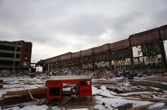 Detroit has an estimated abandoned buildings, like this Packard Automotive Plant. To decide which buildings can be demolished, officials started a large, high-tech mapping project. Detroit Ruins, Detroit Map, Abandoned Detroit, Old Buildings, Abandoned Buildings, Abandoned Places, Desert Places, Lost City, Great Lakes