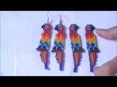 BRINCO ARARA DE MIÇANGUINHAS! Micro Macramé, Beaded Animals, Brick Stitch, Beads And Wire, Chainmaille, Beading Tutorials, Cross Stitch Embroidery, Drop Earrings, Crafts
