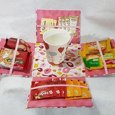 Caixa surpresa para chá ou café da manhã. Um presente diferente para dia das mães, dos professores, etc. A caixa vai completa, com: 1 (uma) caneca 3 (três) saquinhos de açúcar 3 (três) saquinhos de adoçante 6 (seis) sachês de chá (2 sabores) 1 (um) pacote de Cream Cracker 1 (um) pacote ... Bakery Box, Diy And Crafts, Paper Crafts, Surprise Box, Diy Gift Box, Exploding Boxes, Candy Boxes, Diy Organization, Gift Wrapping
