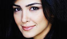 Nazanin Boniadi (English born 22 May is an Iranian actress. Born in Tehran at the height of the Iranian Revolution, her parents re. Iranian Actors, Iranian Women, Olivia Munn, Olivia Wilde, Persian Beauties, Teheran, Full Brows, Girl M, Smart People