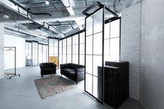 黒窓は位置をずらして撮影することも可能です。 Studio, Space, Room, Furniture, Home Decor, Floor Space, Bedroom, Decoration Home, Room Decor